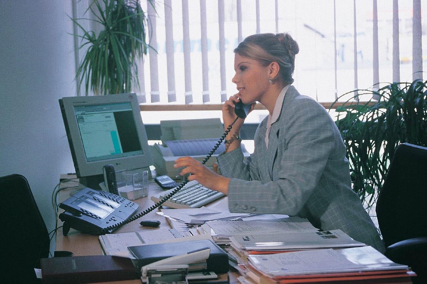 Kurioses Aastra-DeTeWe-Pressefoto. So sah es noch in den 1980er Jahren in den Büros aus. :-)