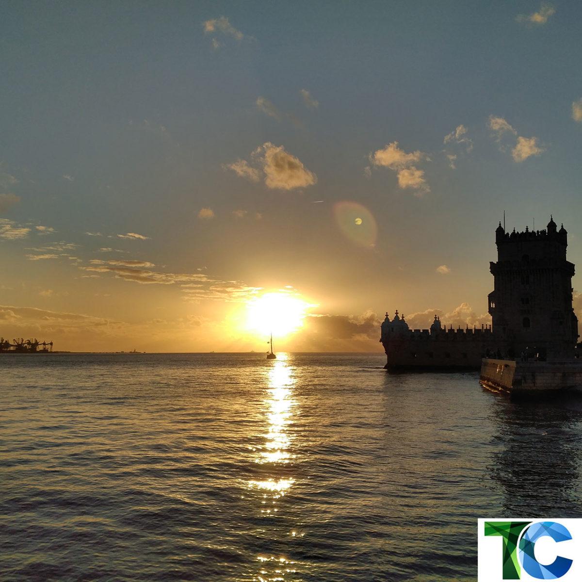 Sonnenuntergang am Torre de Belém (deutsch Turm von Belém) an der Tejomündung ist eines der bekanntesten Wahrzeichen Lissabons. (Bild: Thorsten Claus)