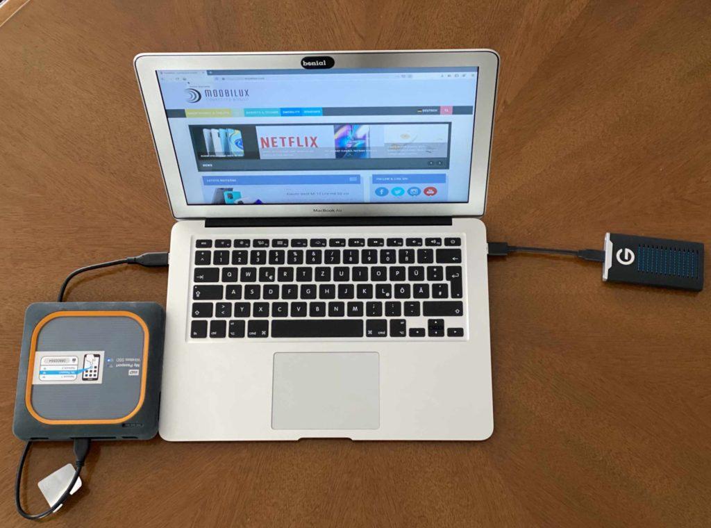Die G-Drive Mobile SSD und WD My Passport Wireless SSD an meinem Mac Book. (Bild: Thorsten Claus)