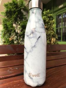 Der S'well Klassiker die Flasche in Marmor-Optik. (Bild: Thorsten Claus)