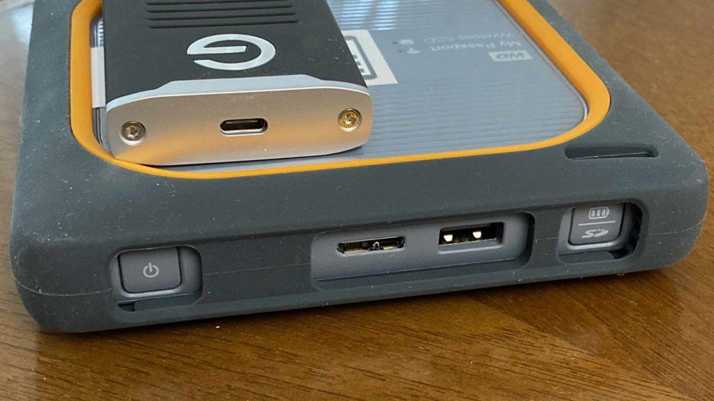 Im direkten Vergleich der Anschlüsse hat die My Passport Wireless SSD die Nase vorne. (Bild: Thorsten Claus)