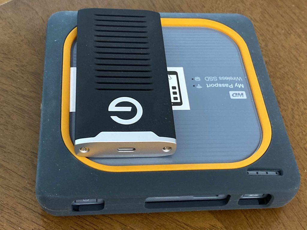 Der Vergleich der Größe des G-Drive Mobile SSD und der My Passport Wireless SSD. Beide SSDs sind übrigens gegen Staub und Wasser geschützt. (Bild: Thorsten Claus)