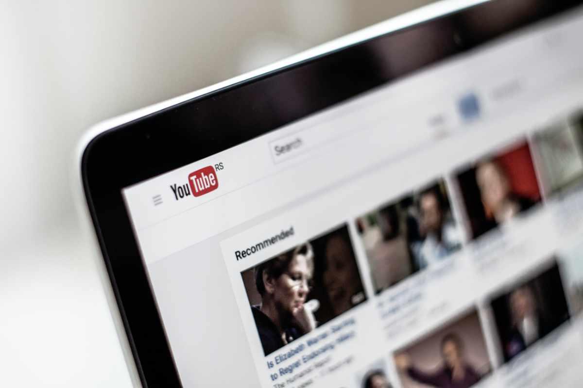 Ausschnitt eines Bildschirms mit geöffneten YouTube.