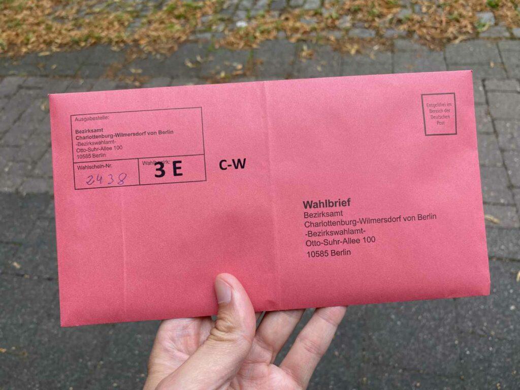 Hand mit Briefwahlumschlag. (Bild: Thorsten Claus)